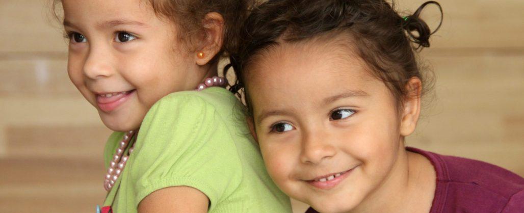Dos hermanas sonrien