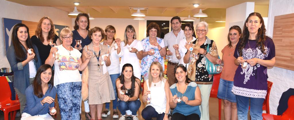 Grupo de hombres y mujeres voluntarios de la Logo de la Asociación Casa Ronald McDonald Uruguay.
